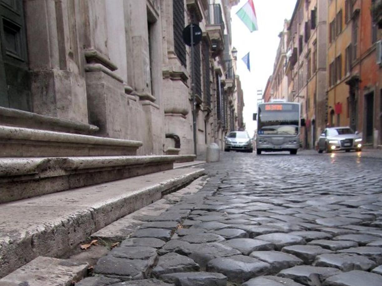 Sampietrini rubati in centro, assolti due giovani turisti americani - Corriere.it Roma